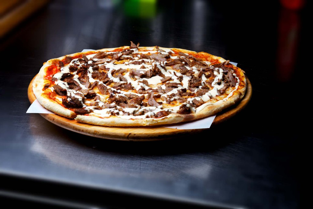Kebab pizza fra Happy Time Pizzeria